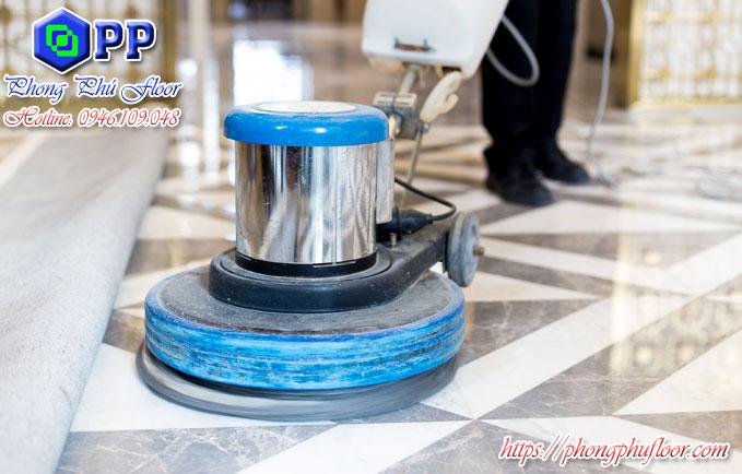 Bảo dưỡng và đánh bóng bề mặt sàn bằng máy chà sàn công nghiệp