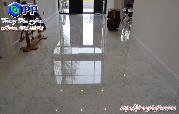 Bề mặt sàn sau khi được đánh bóng có thể phản chiếu như tấm gương
