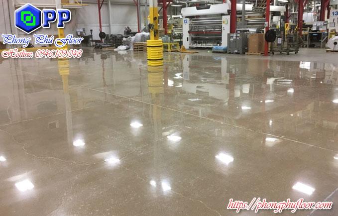 Đánh bóng tái tạo lại bề mặt giúp bề mặt sàn trở nên sáng bóng
