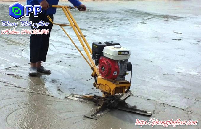 Dùng máy xoa tay để xoa nền bê tông trên diện tích rộng lớn
