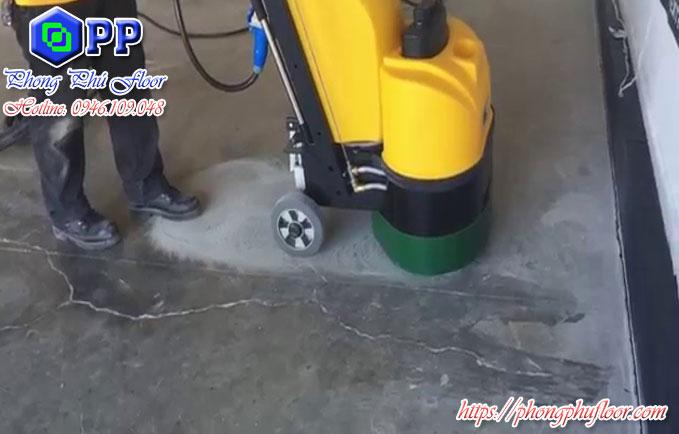 Mài sàn và đánh bóng bằng máy đánh bóng giúp nâng cao chất lượng bề mặt sàn