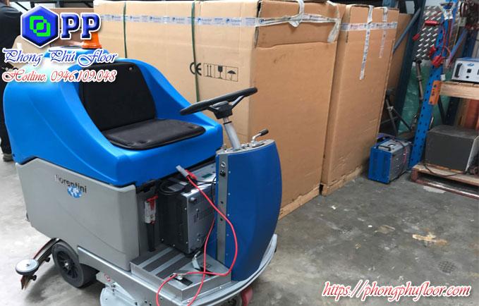 Máy chà sàn ngồi lái ET 65 là sản phẩm được đánh giá cao về việc làm sạch ở những diện tích rộng lớn hiện nay