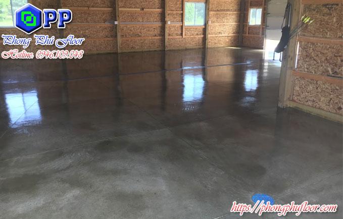 Phủ bóng sàn bê tông bằng hóa chất chuyên dụng mang lại một bề mặt sàn chất lượng