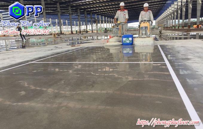 Sử dụng hóa chất và kết hợp với thiết bị chuyên dụng để có được một bề mặt sàn bê tông chất lượng