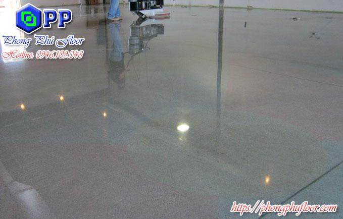 Sử dụng máy mài sàn sẽ giúp tăng khả năng mài sàn cũng như là nâng cao bề mặt sàn chất lượng thêm