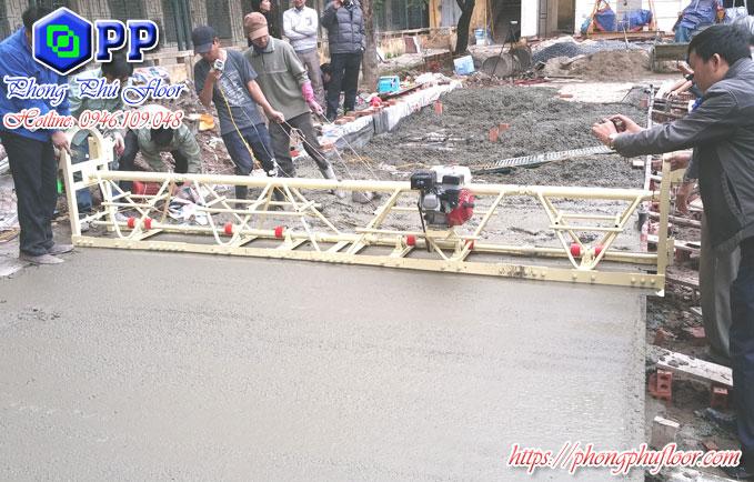 Sử dụng máy rải bê tông để rải bê tông một cách bằng phẳng