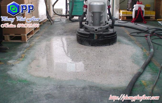 Sử dụng thiết bị hiện đại để đánh bóng sàn bê tông giúp mang lại một bề mặt sàn chất lượng