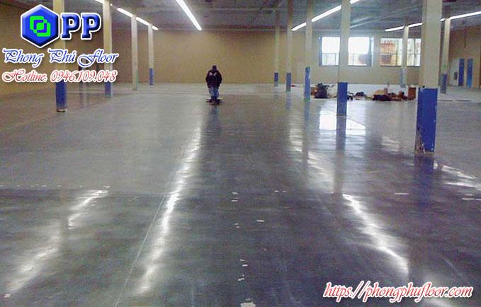 Thi công đánh bóng là một trong những bước để hoàn thiện sàn bê tông điều này giúp bảo vệ sàn