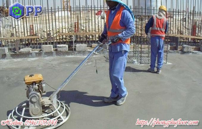 Xoa nền bê tông là một trong những bước để có được một bề mặt sàn phẳng và hoàn hảo