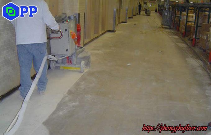 mài hoá chất tăng cứng trên bề mặt sàn bê tông